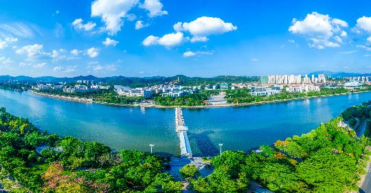 林城相融,图为梅州市梅江区归读公园浮桥处远眺图.jpg