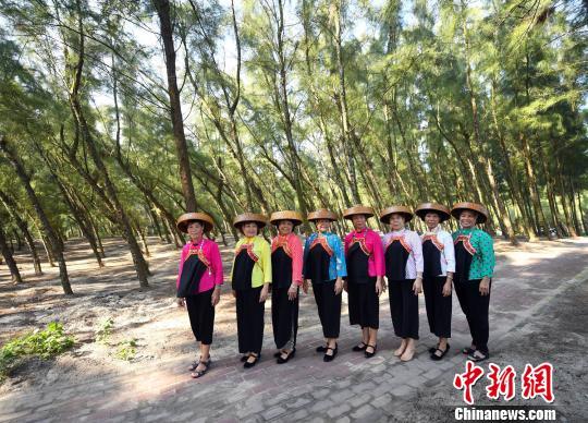茂名电白博贺镇的一群渔家大妈在其参与管护的博贺林带下留影。 姬东 摄
